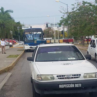 Chófer da su 'mordida' a inspector de Cancún