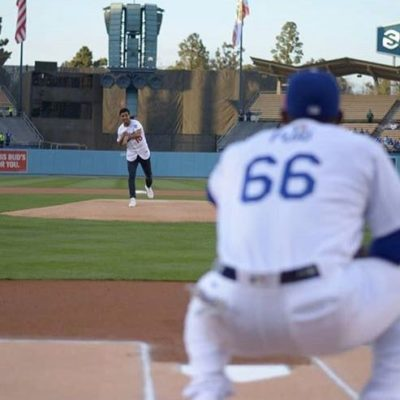 Aunque futbolista, Carlos Vela lanza primera bola en partido de  los Dodgers