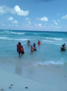 Marinos rescatan a tres turistas arrastrados por las olas en Playa Delfines