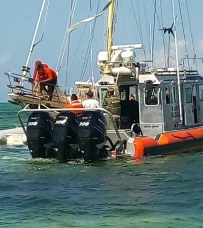 Rescatan a turistas extranjeros que encallaron en Punta Herrero en el velero 'Niña de Luz'