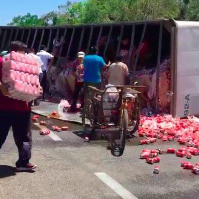 Vuelca tráiler de refrescos y le cae la rapiña en Felipe Carrillo Puerto