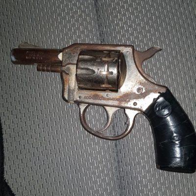 Detienen a tres personas en Cancún con pistola, droga y cartuchos útiles