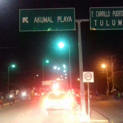 CIERRAN POBLADORES ACCESO A AKUMAL: Protestan hastiados por constantes fallas en el servicio eléctrico; exigen presencia de autoridades