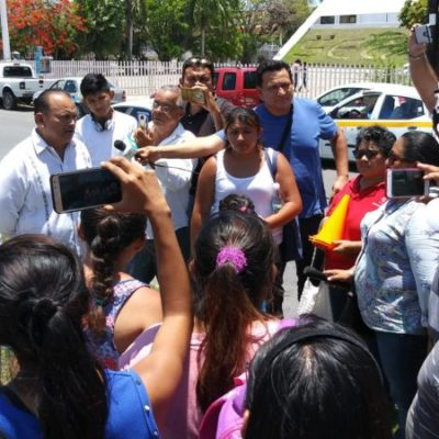 Padres de familia se manifiestan frente a la Secretaría de Educación de Quintana Roo y ante la falta de acuerdos, bloquean parte de la avenida Insurgentes en Chetumal