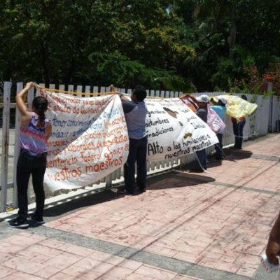 """""""No hay manera de reinstalar a maestros retirados del cargo"""", responde Manuel Gil Padilla a padres de familia en plantón frente a la Secretaría de Educación en Chetumal"""