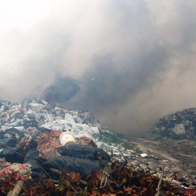 Incendio en tiradero de Tulum sigue, dos meses después