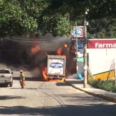Se incendia camioneta distribuidora de yogurt