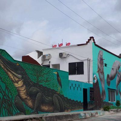 Nuevo mural de Víctor Puga en la Lombardo Toledano fomenta la conservación de la vida silvestre en la colindante Laguna del Manatí