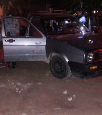 ATAQUE A BALAZOS EN PUERTO MORELOS: Un hombre muerto y dos mujeres heridas cuando viajaban en un Jetta en la colonia La Fe