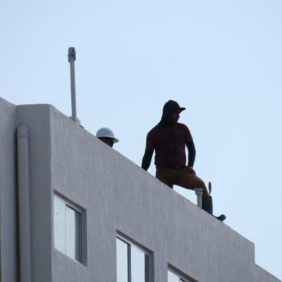 """""""ESTAMOS AGRADECIDOS AUNQUE A VECES LAS CONDICIONES DEL PATRÓN NO SON LAS MEJORES"""": Más de 5 mil albañiles en Benito Juárez celebran el día de la Santa Cruz"""