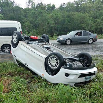 Por lluvia y exceso de velocidad, una mujer pierde control de su vehículo, se sale de la carretera y pudo morir ahogada al caer en zona de encharcamiento