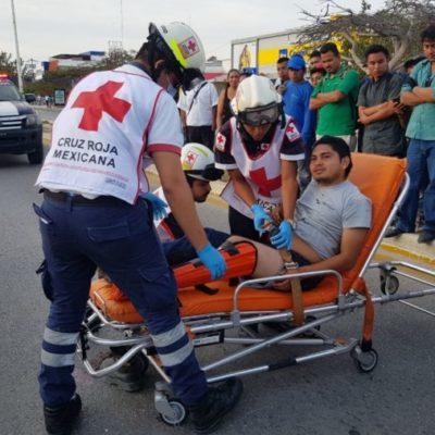 Motociclista le fractura una pierna al ser atropellado en la Avenida Tulum de Cancún