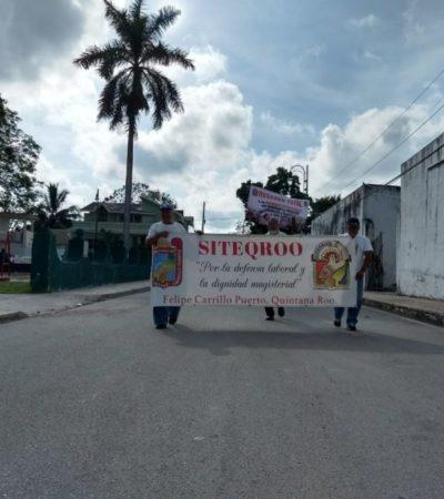 Mientras sus líderes desayunaban con Carlos Joaquín en Chetumal, maestros del Siteqroo en Carrillo Puerto marchan para exigir la reinstalación de compañeros despedidos