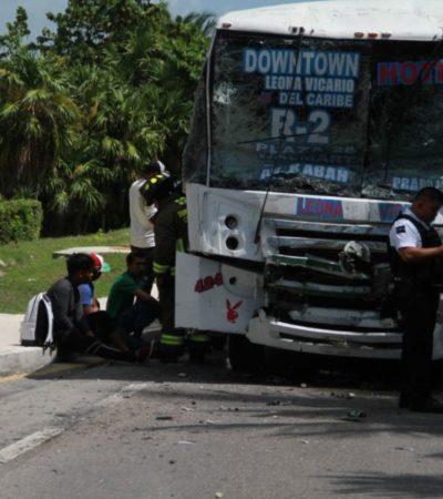 ABSURDOS MÉDICOS: Entre fierros retorcidos, tras choque entre dos autobuses en Zona Hotelera, ambulancia particular se lleva sólo a dos y deja a 10 personas a su suerte