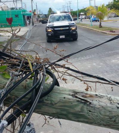 Camión tumba dos postes y deja sin internet al centro de Chetumal