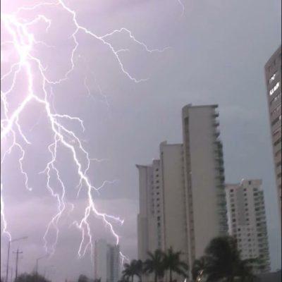 Suspenden vuelos en aeropuerto de Cancún por aguacero con actividad eléctrica