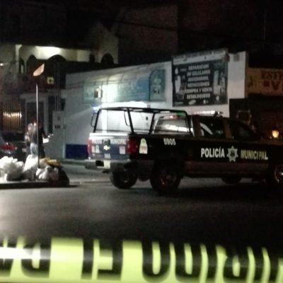 AMANECE CANCÚN CON ENSABANADO: Encuentran policías cuerpo de un hombre tirado en plena vía pública en la zona de 'El Crucero' de Cancún