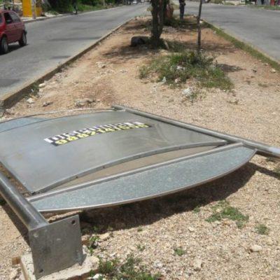 DESMONTAN NEGOCIO EN LA VÍA PÚBLICA DE 'POTI' GÓMEZ MILLAR: Retiran estructuras metálicas en camellones de Cancún y multan a los responsables; las instaló Grupo Quequi