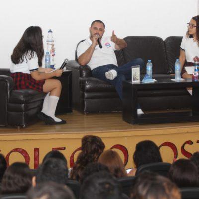 Issac Janix, el candidato independiente de Cancún, se reúne con estudiantes