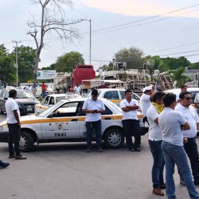 Bloquean taxistas durante una hora acceso a Chetumal previo a una reunión con el Gobernador