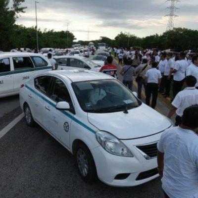 BLOQUEAN TAXISTAS ZONA HOTELERA: Con interrupciones parciales al tráfico rumbo al aeropuerto, buscan choferes presionar al Gobernador tras la aprobación de la Ley de Movilidad