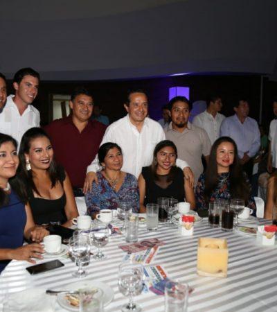Festejan a los maestros con una cena en Cancún