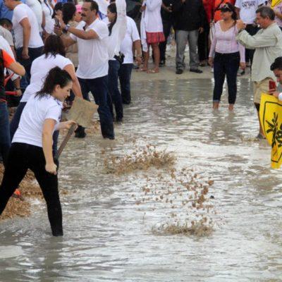 INICIAN CAMPAÑA EN CANCÚN SIN 'CHANITO': Su esposa toma su lugar simbólicamente y junto a líderes del 'Frente' rellena 'megabache'