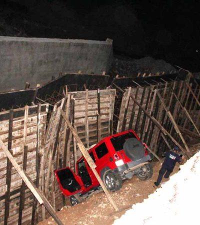 Cae a barranco de 8 metros por conducir su auto a exceso de velocidad