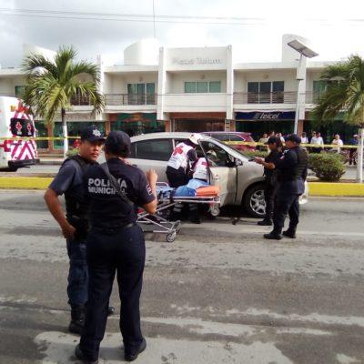 INTENTO DE EJECUCIÓN FRENTE AL PALACIO MUNICIPAL DE TULUM: Balean a una persona en su automóvil; detienen a 2 presuntos sicarios que huían en moto