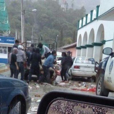 Irrumpen pobladores en alcaldía de Chiapas y dejan allí la basura en protesta contra la alcaldesa