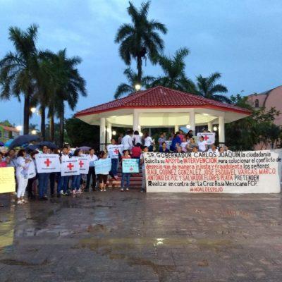 Bajo la lluvia marchan y protestan en favor de la Cruz Roja de Felipe Carrillo Puerto