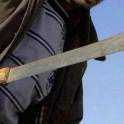 Ataca sujeto con machete a dos policías; corta de tajo un dedo a uniformado, al otro lo lesiona en la cabeza