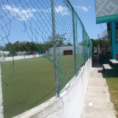 Por denuncia ciudadana reparan canchas de futbol en Tulum