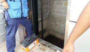 Muere menor indigente al caer por cubo de elevador en Xalapa