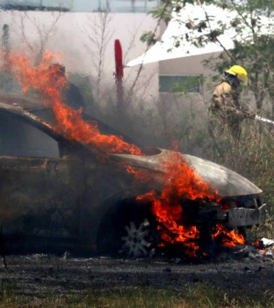 DAÑA FUEGO TRES AUTOS EN MÉRIDA: Evitan bomberos propagación de las llamas a zona habitacional