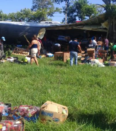 MARTES DE FRUTAS Y VERDURAS GRATIS: Saquean pobladores tráiler accidentado