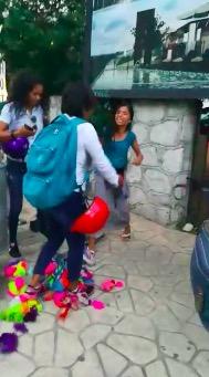 Exhiben en video a supuestos inspectores de Fiscalización agrediendo a dos vendedoras ambulantes para confiscarle mercancía en la zona turística de Playa