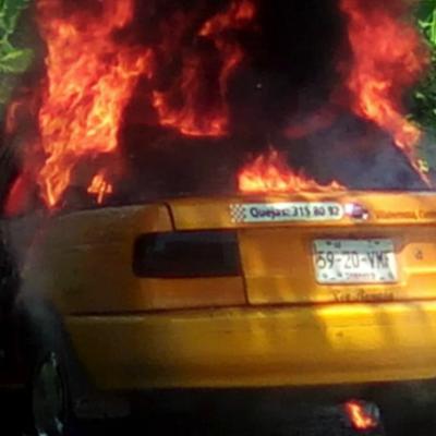 Lo despojan de su taxi solo para prenderle fuego