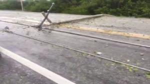 Dormirán sin luz esta noche en Ciudad del Carmen; viento derriba postes en carretera a Puerto Real