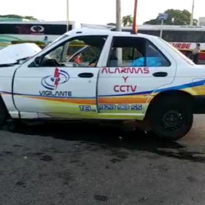 Choca contra un poste y mata a su copiloto en Mérida