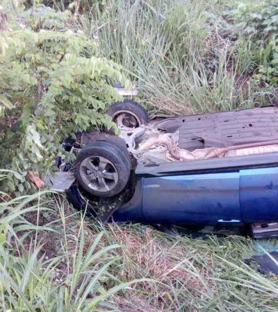 Vuelca joven en su auto y queda prensado en el interior; no logran rescatarlo con vida