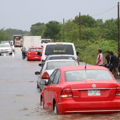 Se inundan carreteras en Lázaro Cárdenas y piden no viajar a la zona; suman ya 150 familias evacuadas en la zona