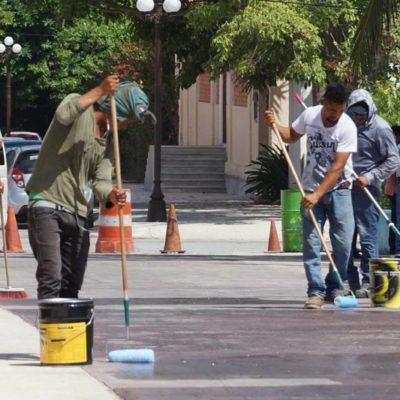 Gobierno de Puerto Morelos inicia la colocación de sellado en calles y banquetas en alrededores del parque principal; busca beneficiar a turismo y comerciantes con esta nueva imagen