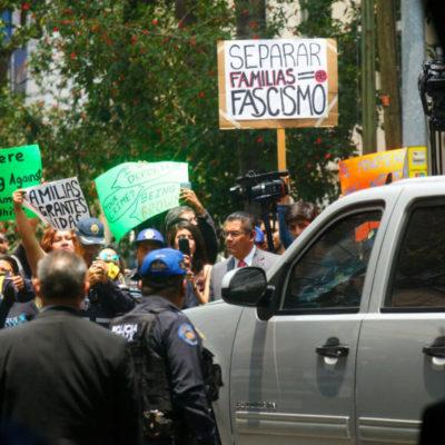 Activistas y deportados de EU se manifestaron frente a la casa de transición de López Obrador, donde se reunió con representantes de Donald Trump