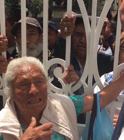 Guardias retiran a mujer de 80 años que caminó de Ecatepec hasta la CDMX para pedir ayuda a AMLO