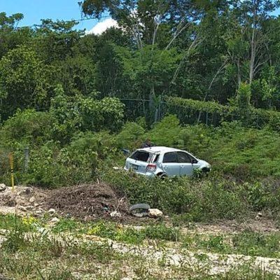 Dejan abandonado vehículo que se salió de la carretera en Bacalar