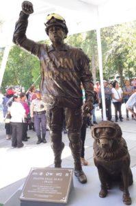 Frida, la perrita rescatista de la Marina de México y su entrenador ya tienen estatua en Puebla