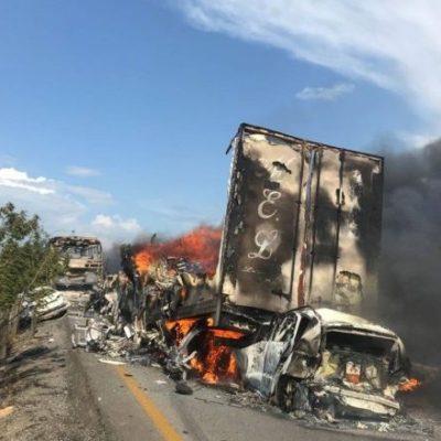 Carambola causa incendio de 7 vehículos en la carretera Cárdenas-Coatzacoalcos