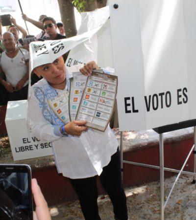 Cristina Torres acude a votar en en el fraccionamiento Santa Fe de Playa del Carmen y lamenta 'guerra sucia'