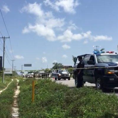 Hallan 'ensabanado tirado a un costado de la carretera Cancún-Puerto Morelos